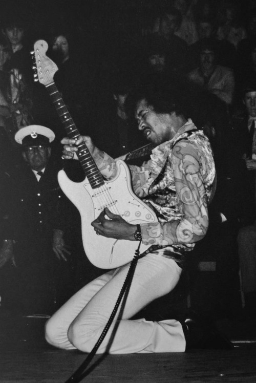a comparison between jimi hendrix and jimmy page A comparison between jimi hendrix and jimmy page 1,346 words 3 pages an introduction to the life of jimmy page 349 words 1 page.